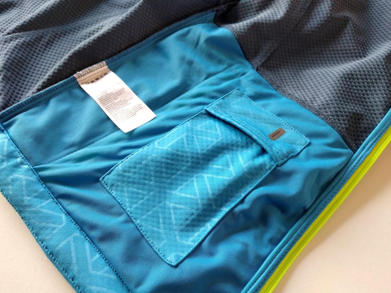 iPod-Tasche mit Kabeldurchlaß