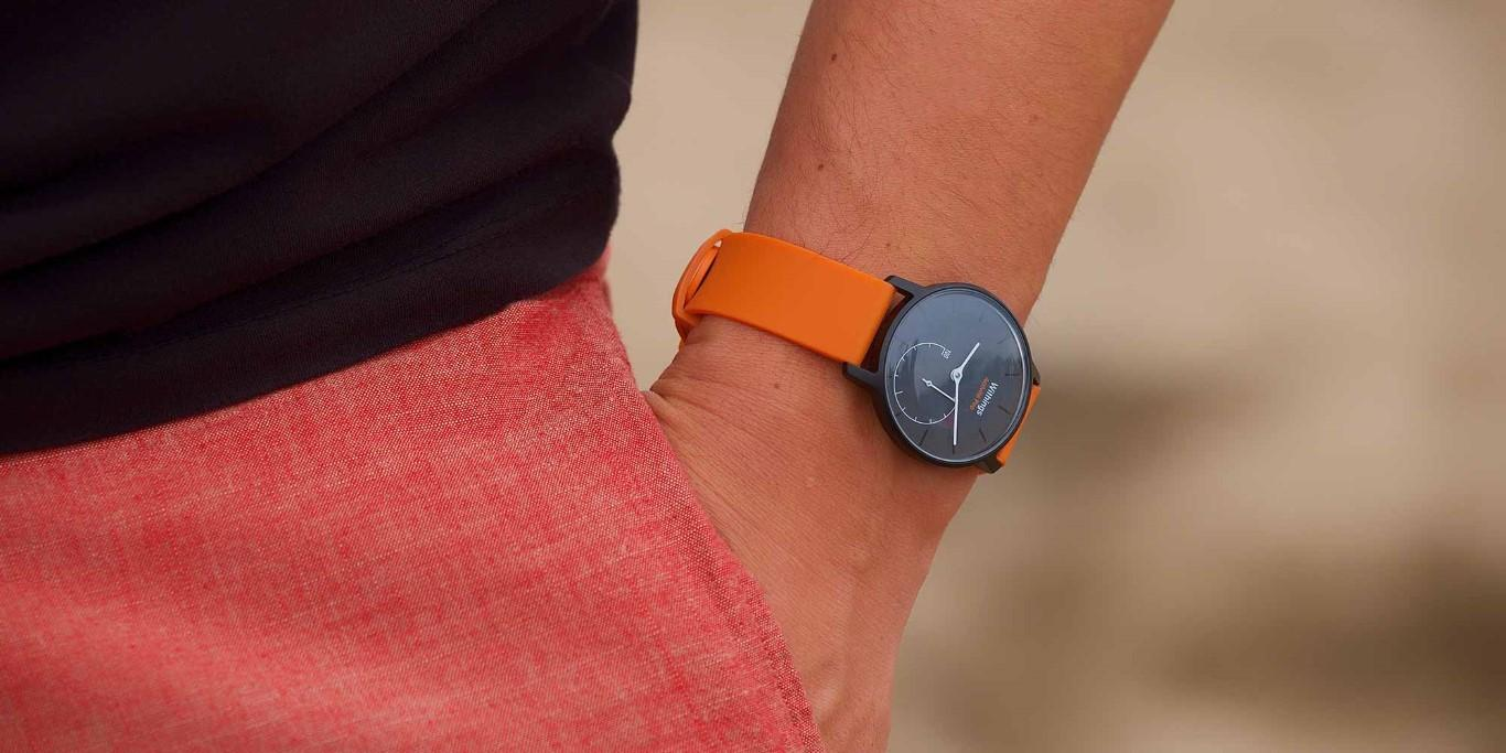 Withings Activite Pop in schwarz mit orangenem Band (c) Withings