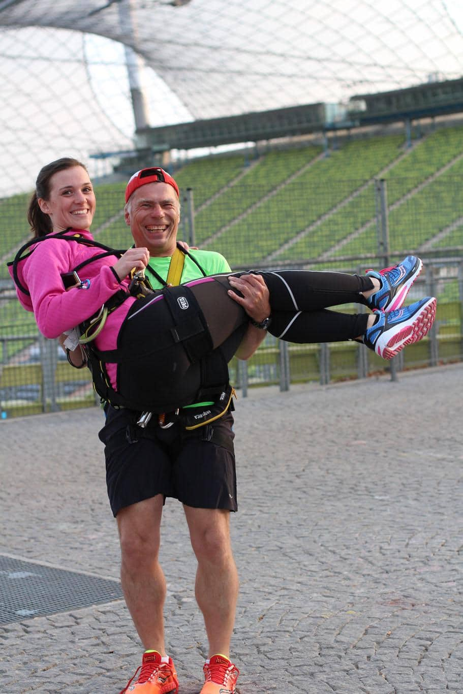 Theresa wird auf Armen getragen Bild: i-like-shoes.de