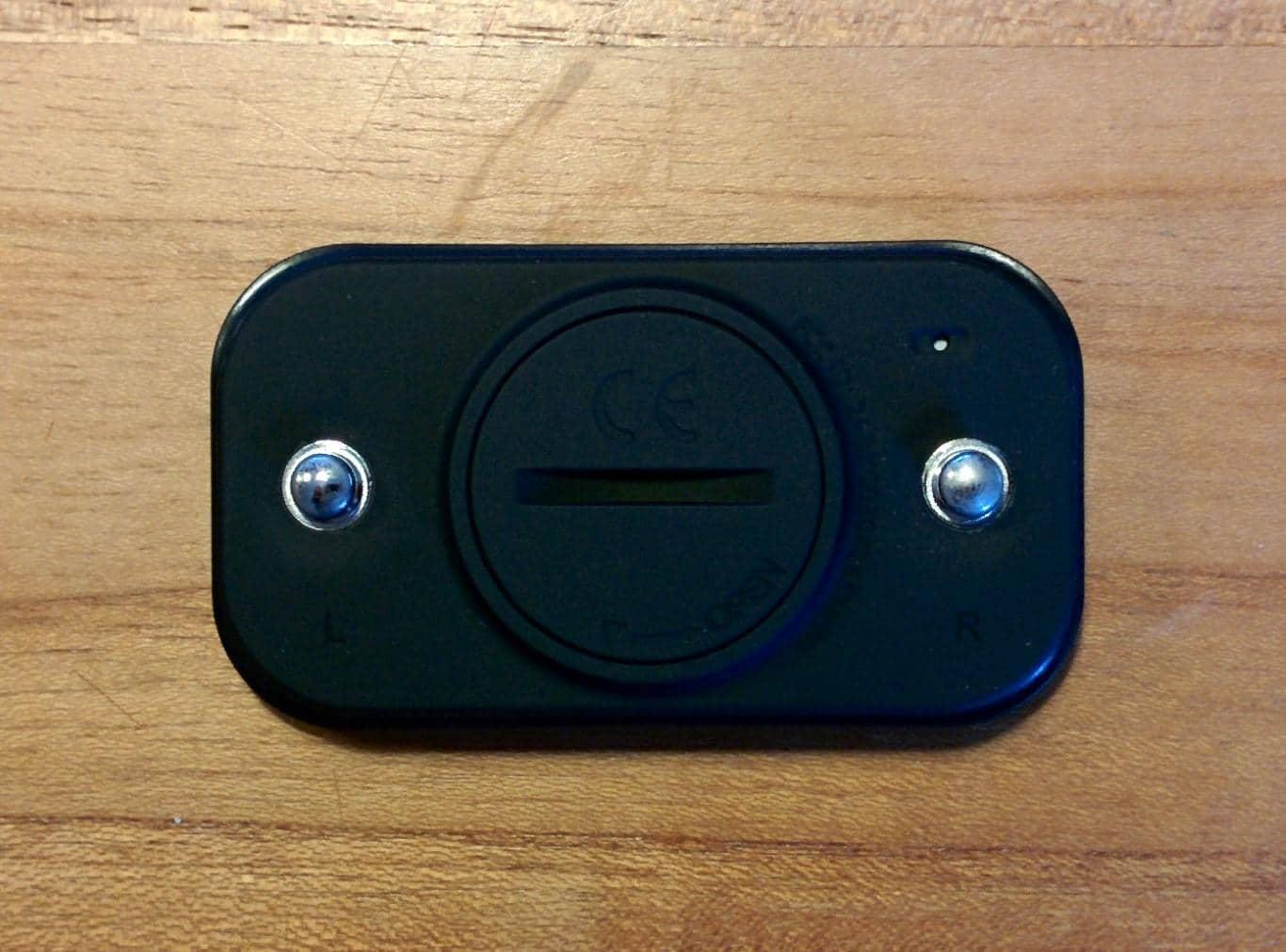 Rückseite des STRYD Pioneer Sensors mit Brustgurt-Kontakten und Batteriefach