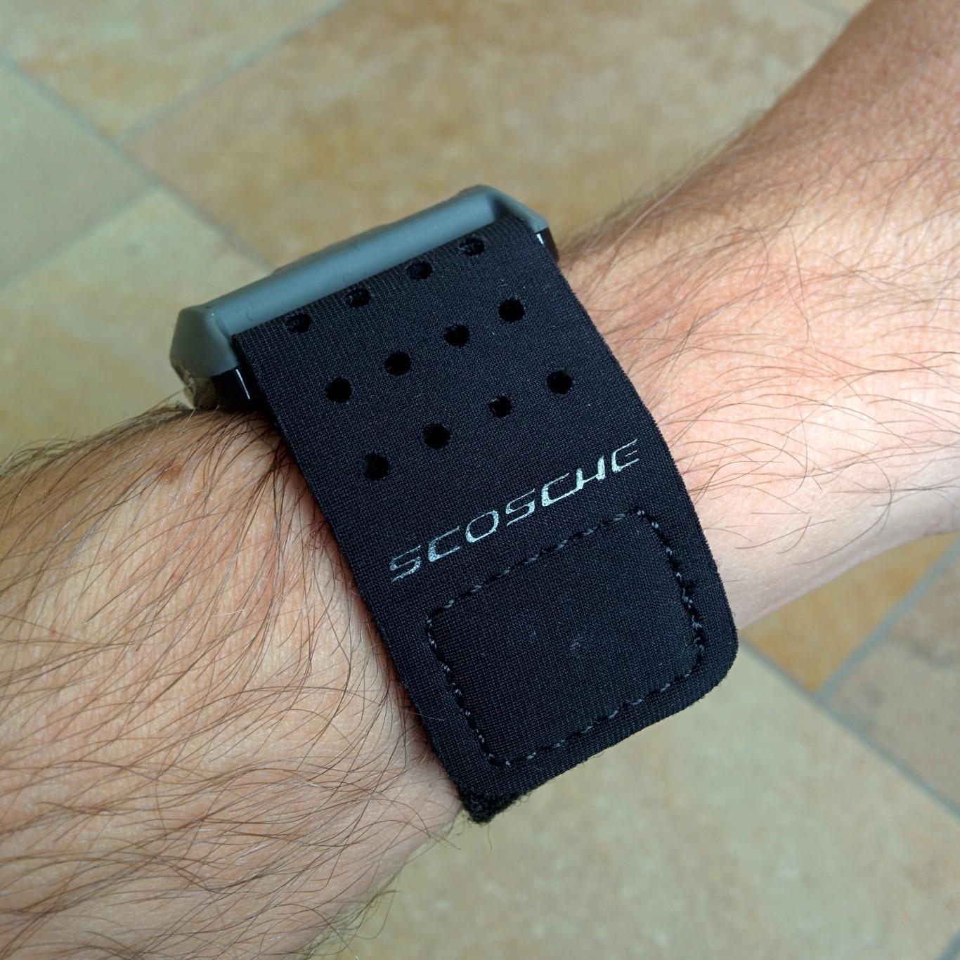 Scosche Rhythm Plus - Seitenansicht am Arm