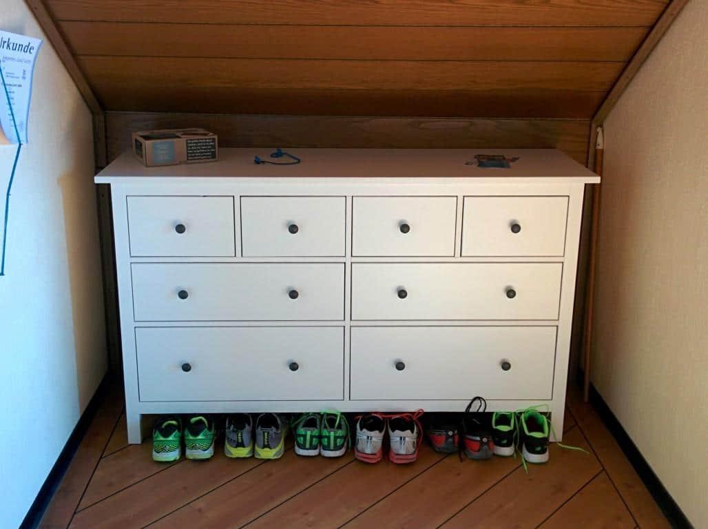 Die Ikea-Kommode passte ideal in de Ecke