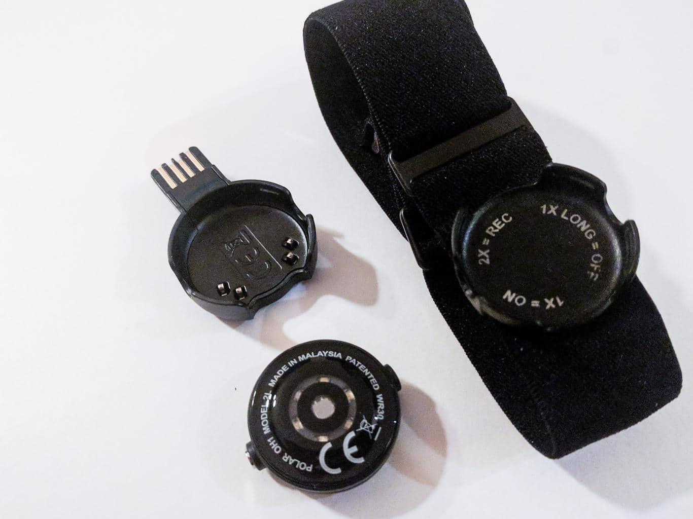 Polar OH1 mit Armband und Ladeadapter