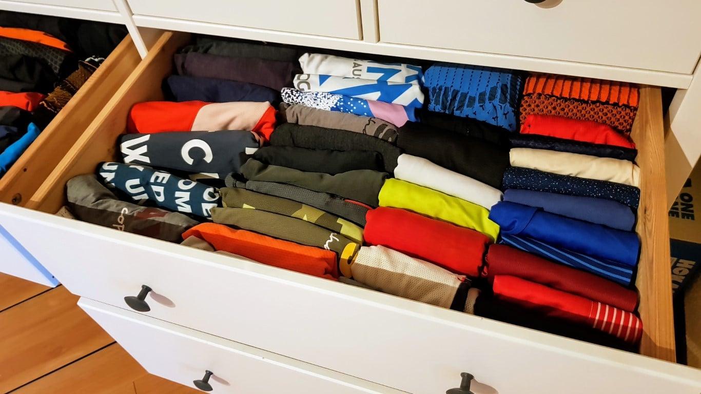 Links T-Shirts, rechts Singlets